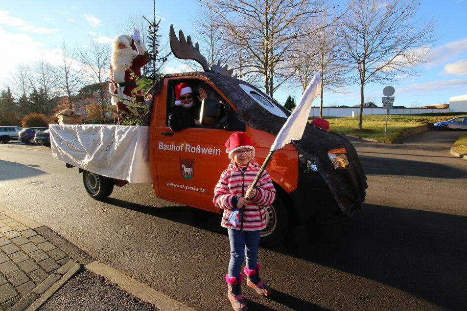 Lilly hat mit einer weißen Fahne am Straßenrand in Roßwein winkend auf sich aufmerksam gemacht. Das hatte der Weihnachtsmann gesehen, und sein Taxi – das Elch-Mobil – hat für die Geschenkübergabe gestoppt.