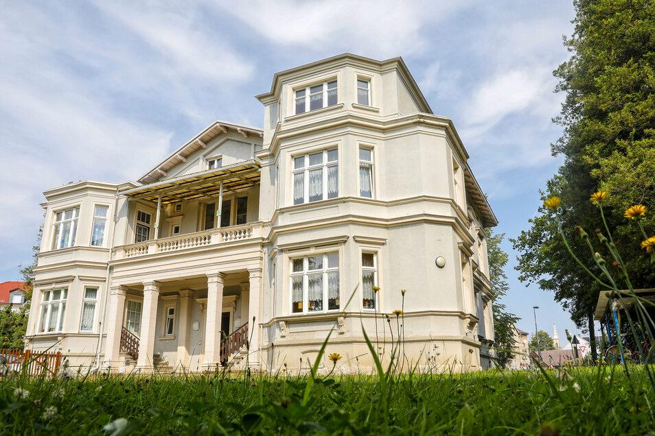 In der imposanten Villa ist bisher der Leutersdorfer Kindergarten. Nun sollen die Kinder einen modernen Neubau erhalten.