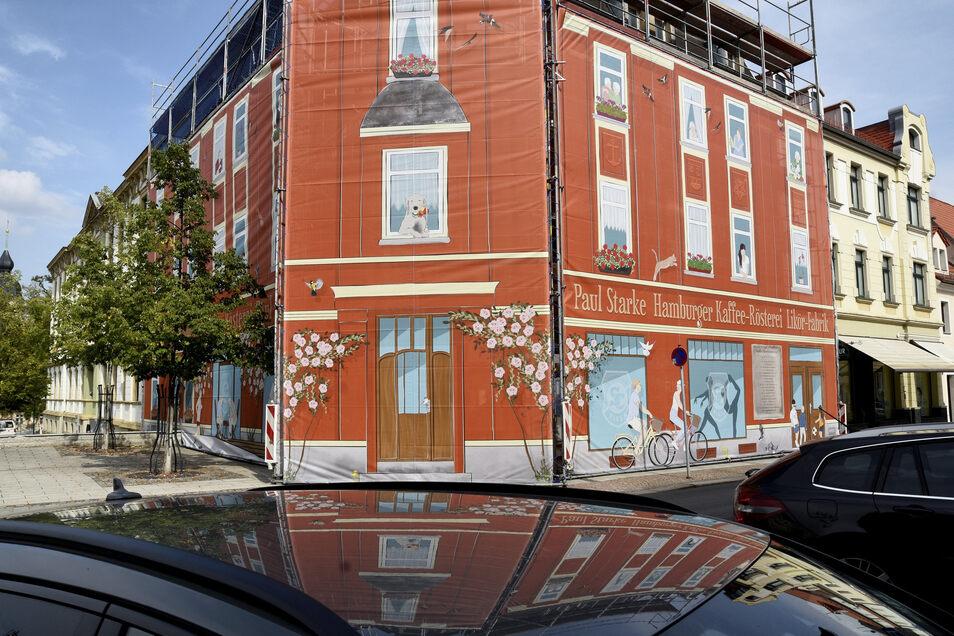 So zeigt sich das Haus Kaffee Starke am Riesaer Rathausplatz seit August 2018. Längst wird hinter der Plane gearbeitet.