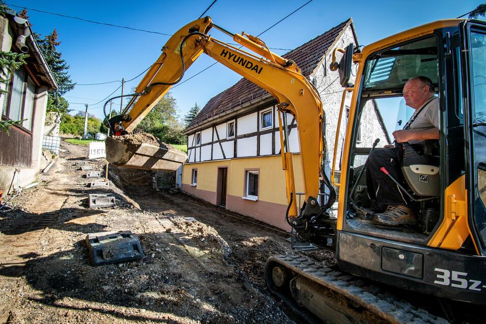 Die alte Stützmauer vor dem Fachwerkhaus ist inzwischen abgerissen. Die neue wird auf eine Bohrpfahlgründung gesetzt.