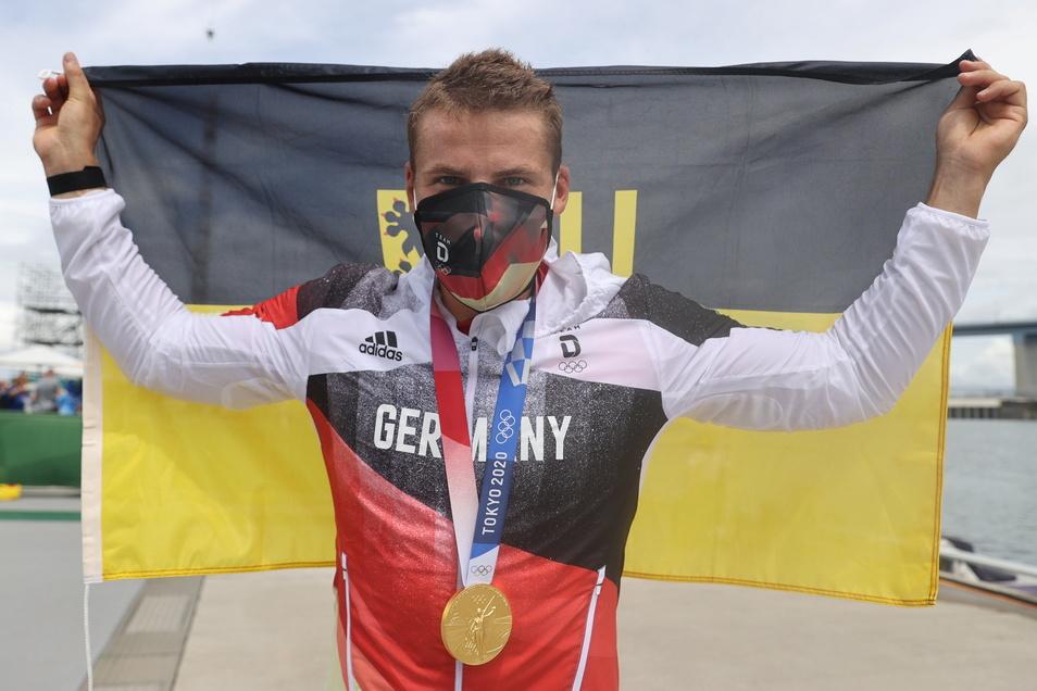 Der Dresdner Tom Liebscher jubelt mit der Stadtfahne über seinen zweiten Olympiasieg.