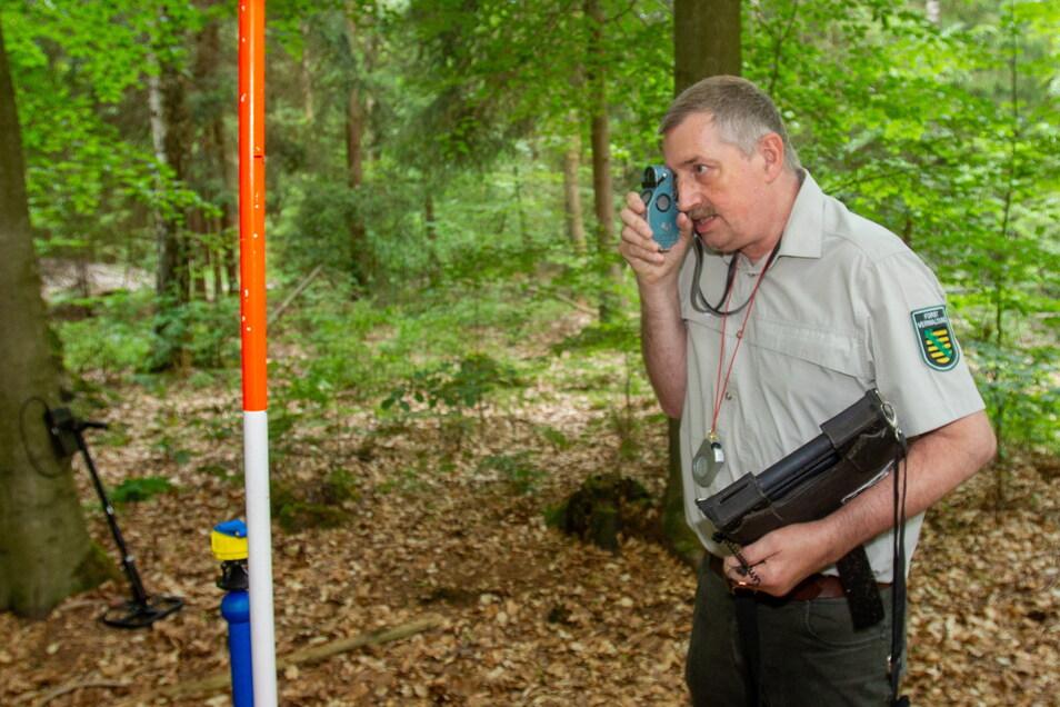 Inventurchef Schmid bei der Winkelzählprobe. Mit dem Spiegel-Relaskop werden die Bäume im Umkreis vermessen.