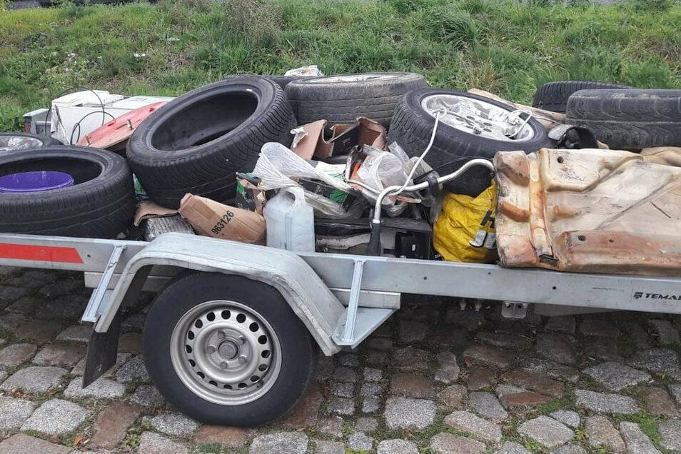 Reifen und diverse andere Gegenstände hat ein BMW-Fahrer völlig ungesichert auf einem Anhänger transportiert - bis die Polizei ihn stoppte.