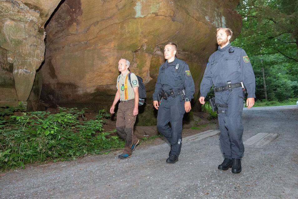 Steffen Elsner, Mitarbeiter Nationalparkverwaltung (l.) geht mit zwei Polizeibeamten auf Streife.  Die Polizei hat die Ranger in diesem Jahr unterstützt.