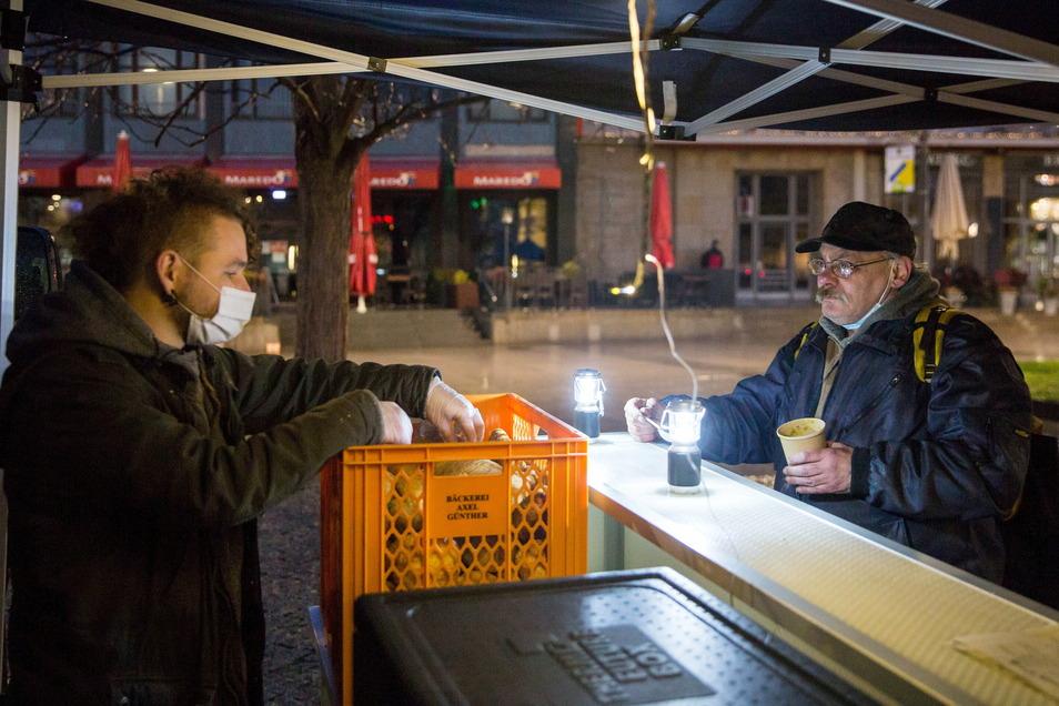 Bei Emmanuel Siewert von der Treberhilfe Dresden bekommt Wilfried Hermsdorfer (r.) ein warmes Essen. Dafür ist der 65-Jährige dankbar. Zum Kochen fehlt ihm zu Hause der Strom.