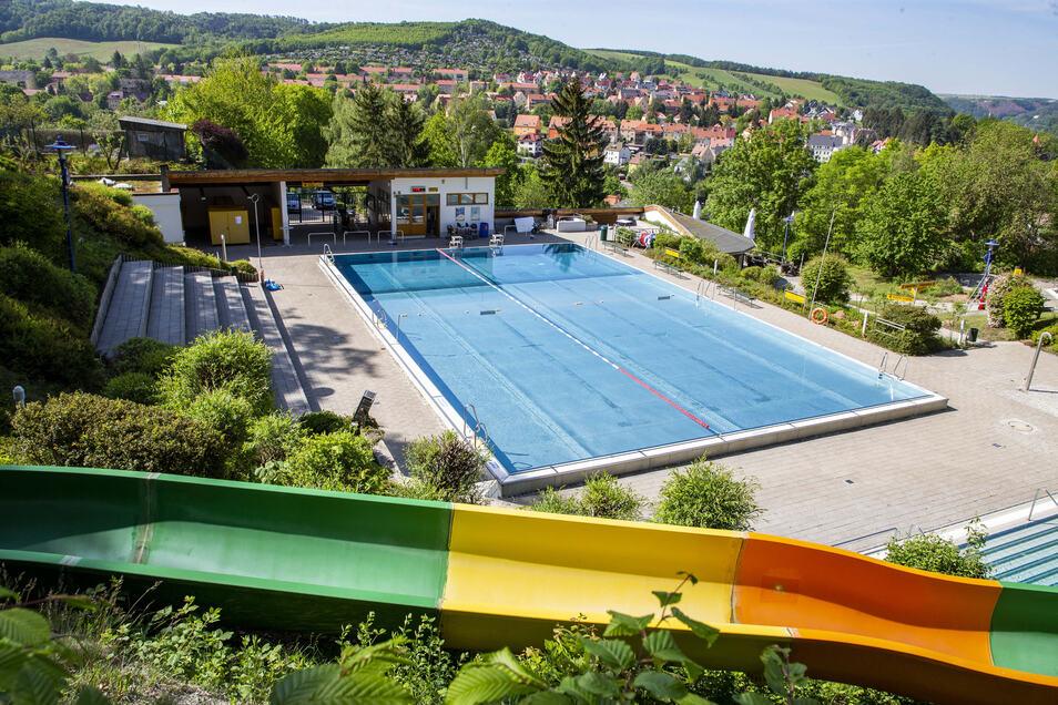 Das Badewasser ist eingelassen: In Freital öffnet das Freibad Windi wieder, das Zacke soll folgen.