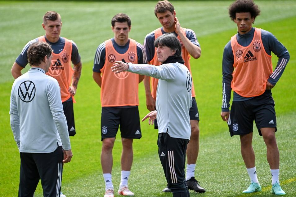 Joachim Löw wird vor allem als Fachmann und Taktik-Experte von seinen Spielern geschätzt.