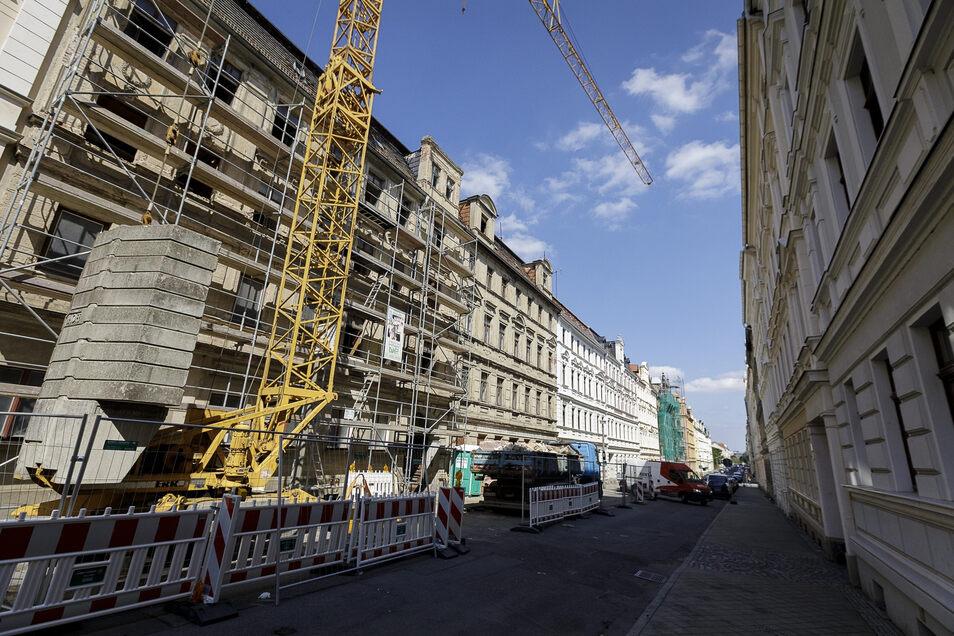 Zwischen sanierten Häusern stehen in der oberen Jauernicker Straße noch einige Ruinen. Karsten Tobias saniert das Haus 38 (l.) und später vielleicht das Nachbarhaus.