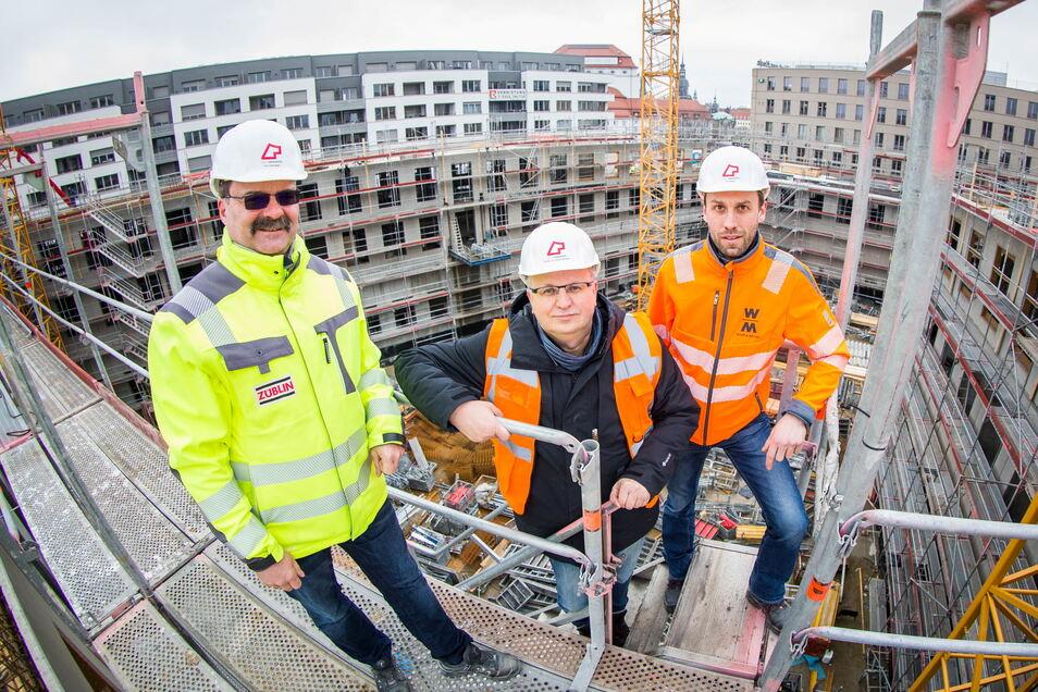 Wo vor einem Jahr noch die Baugrube am Postplatz klaffte, haben jetzt die Annenhöfe erste Konturen angenommen. Bauleiter Peter Karger sowie die Projektleiter Thomas Schreiber und Magnus May (v.l.) freuen sich, dass die Arbeiten im Zeitplan liegen.