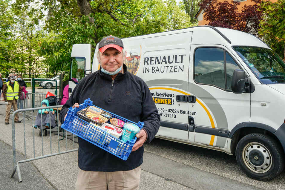 Matthias Engelmann arbeitet bei der Tafel in Bautzen. Wegen Corona musste diese schneller als geplant umziehen - und lebt jetzt mit Provisorien. Derzeit werden die Lebensmittel aus einem Auto heraus verteilt.