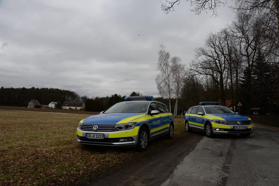 Streifenwagen der Polizei parkten am Mittwochvormittag an der Ullersdorfer Straße in Niesky. Die Beamten ...
