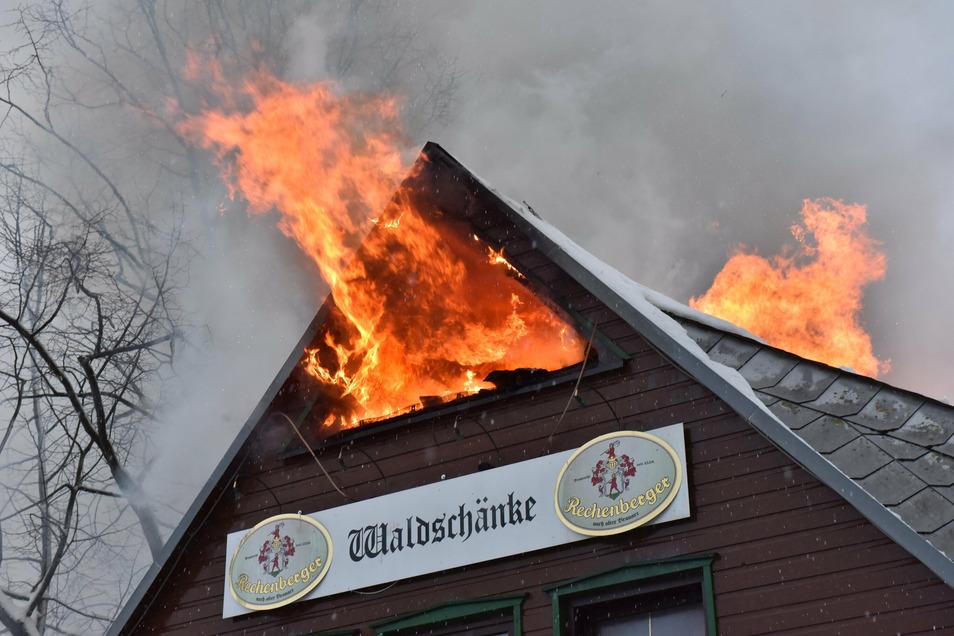 So ist die Waldschänke an der Talsperre Klingenberg 2019 abgebrannt. Es gibt noch Hürden vor der Wiedereröffnung.