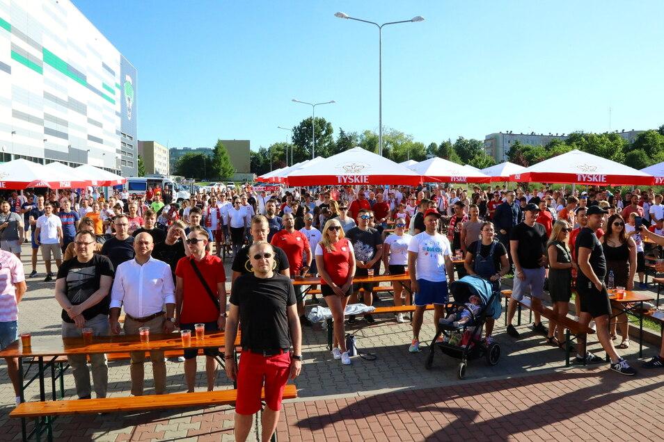 Schon am Montag fanden sich an der Turow-Arena in Zgorzelec zahlreiche polnische Fans zum Spiel Polen gegen die Slowakei ein - unter ihnen Rafal Gronicz, der Bürgermeister von Zgorzelec (3.v.l. im weißen Hemd)