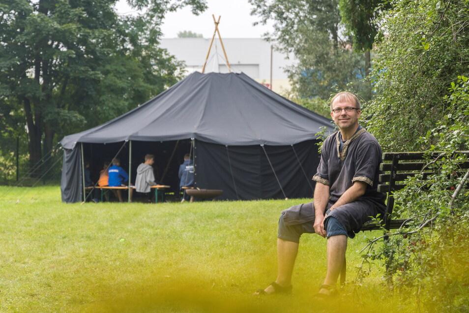 Gemeindepädagoge Robert Hartzsch von der evangelisch-lutherischen Kirchgemeinde freut sich über die Jurte, die jetzt unter anderem bei Ferienfreizeiten zum Einsatz kommt. Das Zelt wurde mit Mitteln aus Riesas Bürgerhaushalt angeschafft.