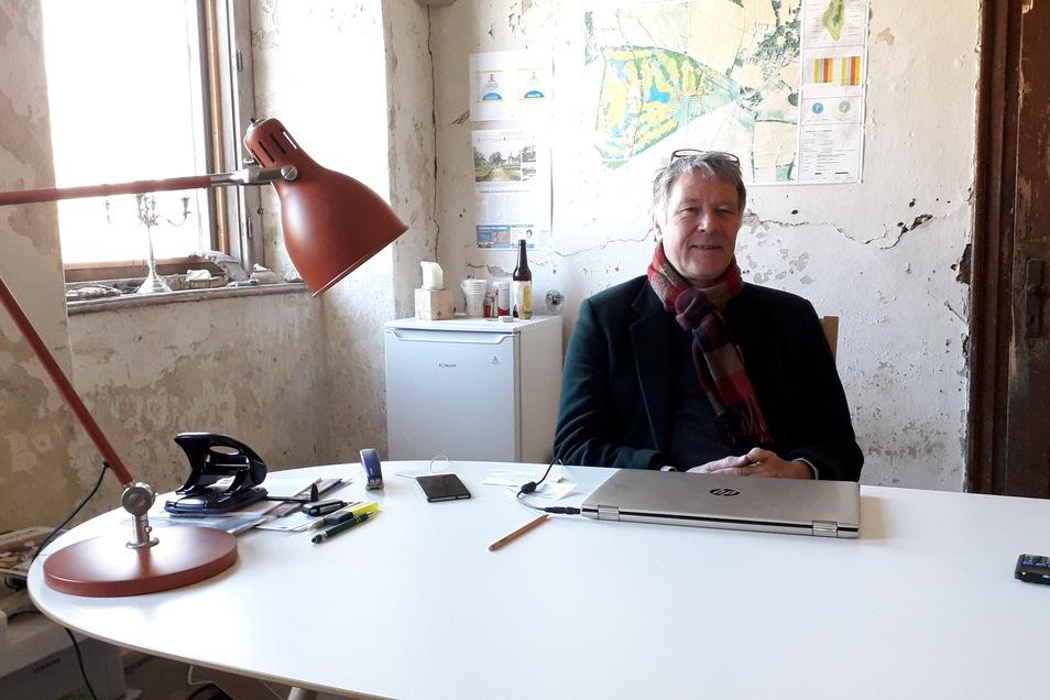 Henry de Jong sitzt in seinem Büro im östlichen Torhaus des ehemaligen Rittergutes Tiefenau.