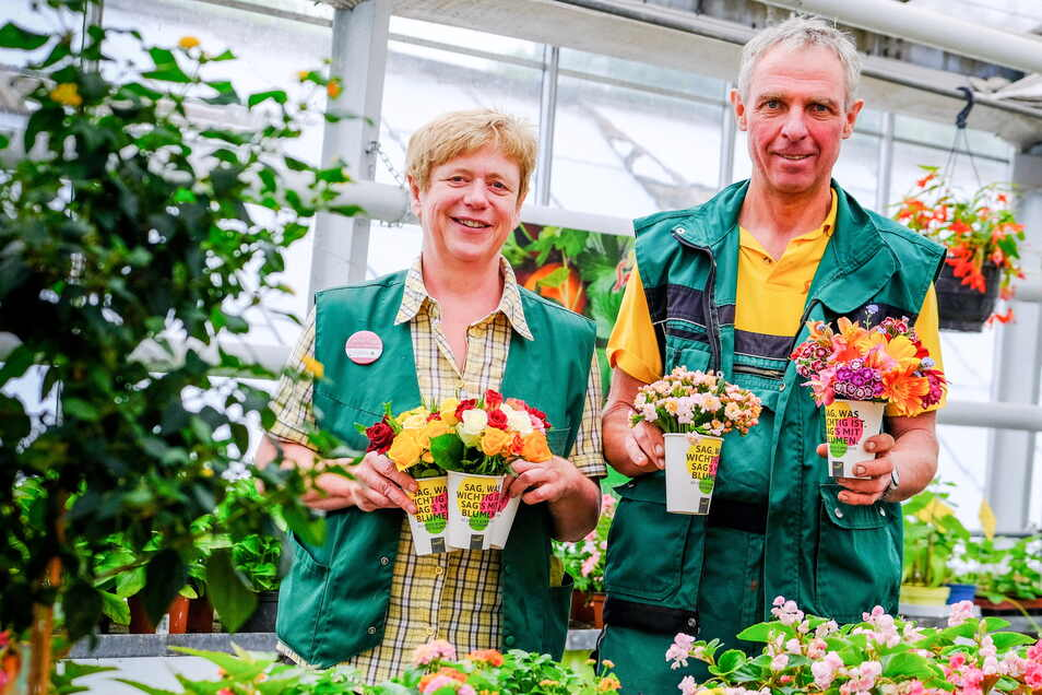 Haben bis zum Sonntag ordentlich zu tun mit kleinen Blumensträußen - Carola und Michael Habelt von der gleichnamigen Gärtnerei in Radeburg.