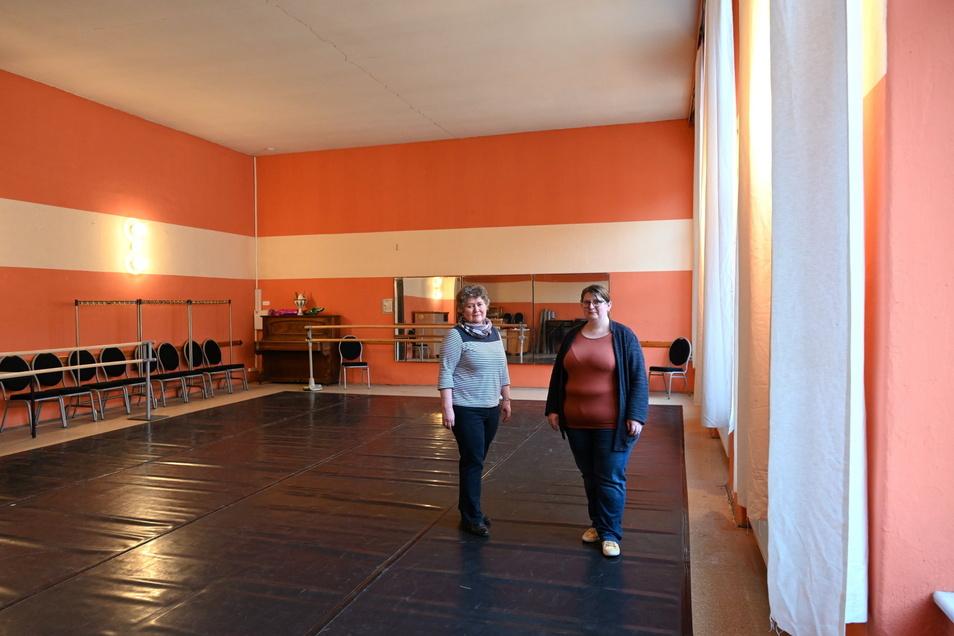 Vereinsvorsitzende Anja El Hachadi (rechts) und Kassenwart Birgit Pietzsch vom Tanzstudio Freital im Ballettsaal im Gasthof Poisental, der wegen der staatlichen Restriktionen seit Monaten nicht genutzt werden darf.