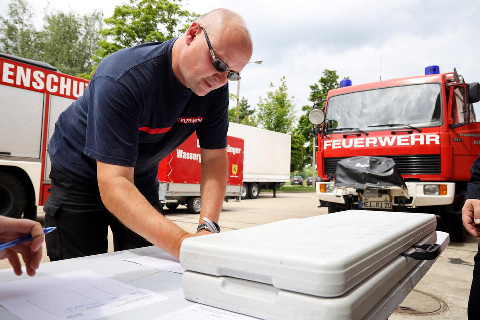 Großenhains Stadtwehrleiter Dirk Zenker schreibt sich in die Teilnehmerliste des Meißner Hilfskonvois ein. An seinem eigenen Geburtstag fährt er mit.