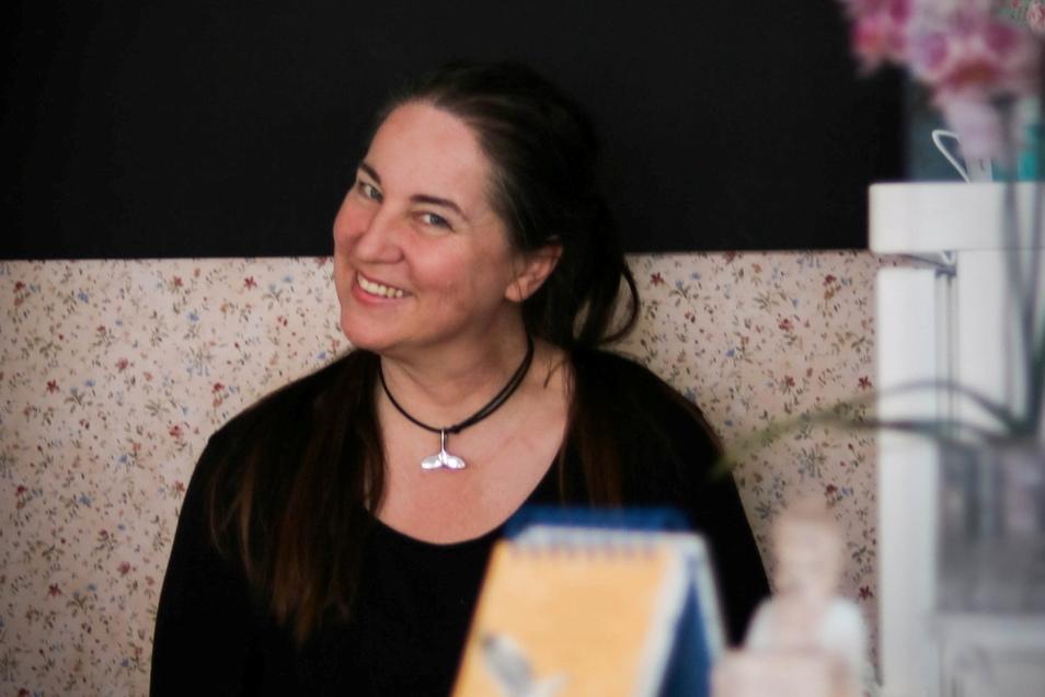 Corona trieb Monique van Nuland mitten in der Pandemie mit ihrem Café von Hoyerswerda nach Kamenz. Trotz der seit Monaten schwierigen Lage hat sie den Schritt nicht bereut.