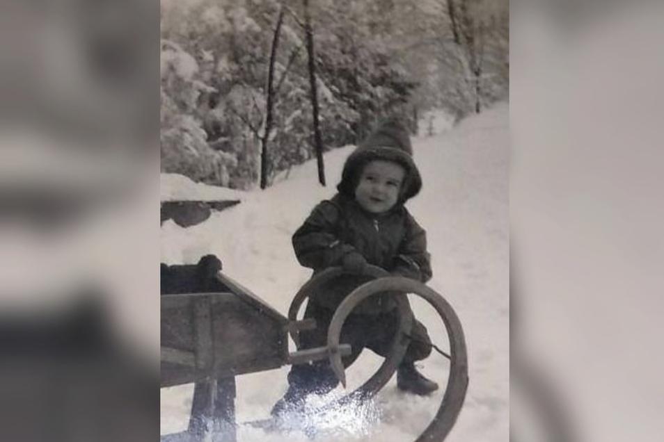 Da gab's noch richtig Schnee: Peter Lindner als kleines Kind im Winter auf dem Schlechteberg.
