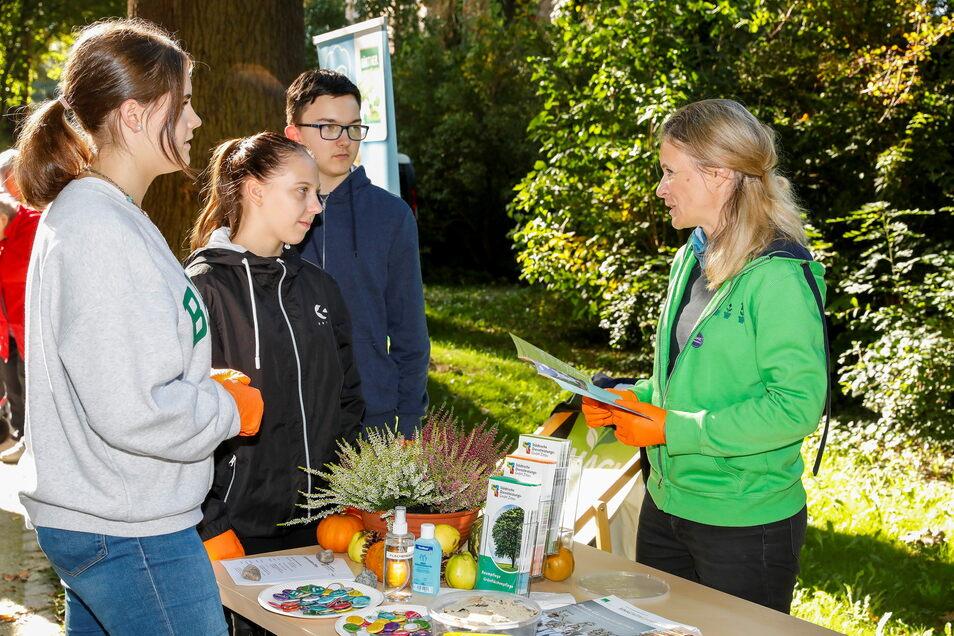 Auch Sandra Theusner vom Gartenbauverband Mitteldeutschland war in Zittau vor Ort. Sie informierte Schüler von der Parkschule Zittau (hier aus der 10A) über die Ausbildung bei den Grünen Berufen. Auch dort werden Lehrlinge gesucht.