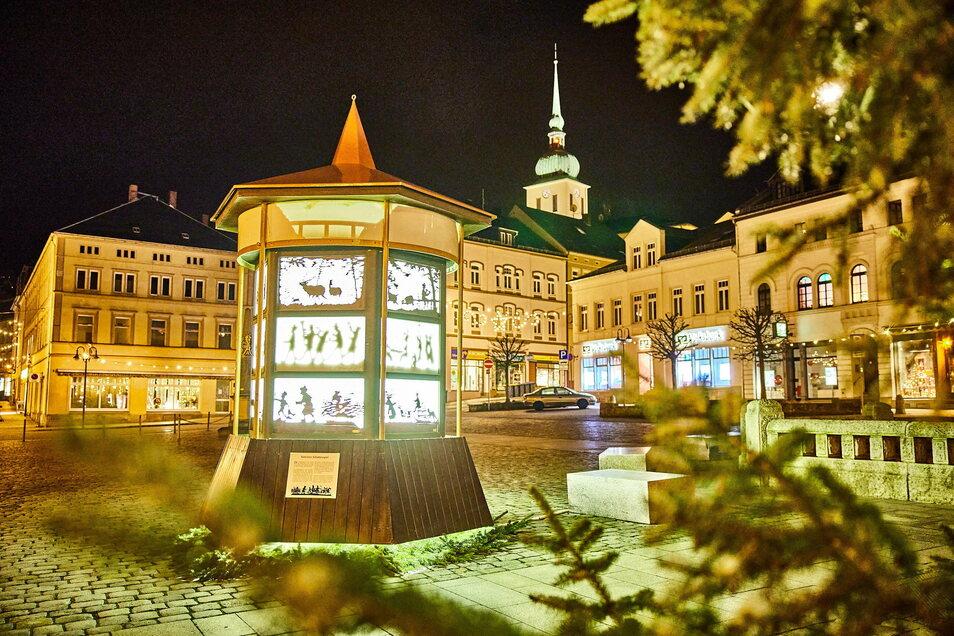 Gehört zu Sebnitz wie die Kunstblume: Das Schattenspiel mit Scherenschnitten von Adolf Tannert schmückt den Marktplatz.