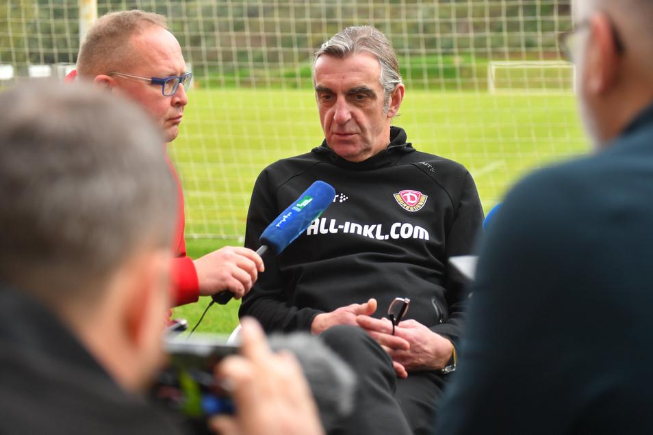 Ralf Minge beantwortet nach seiner Ankunft im Trainingslager die Fragen der Journalisten.