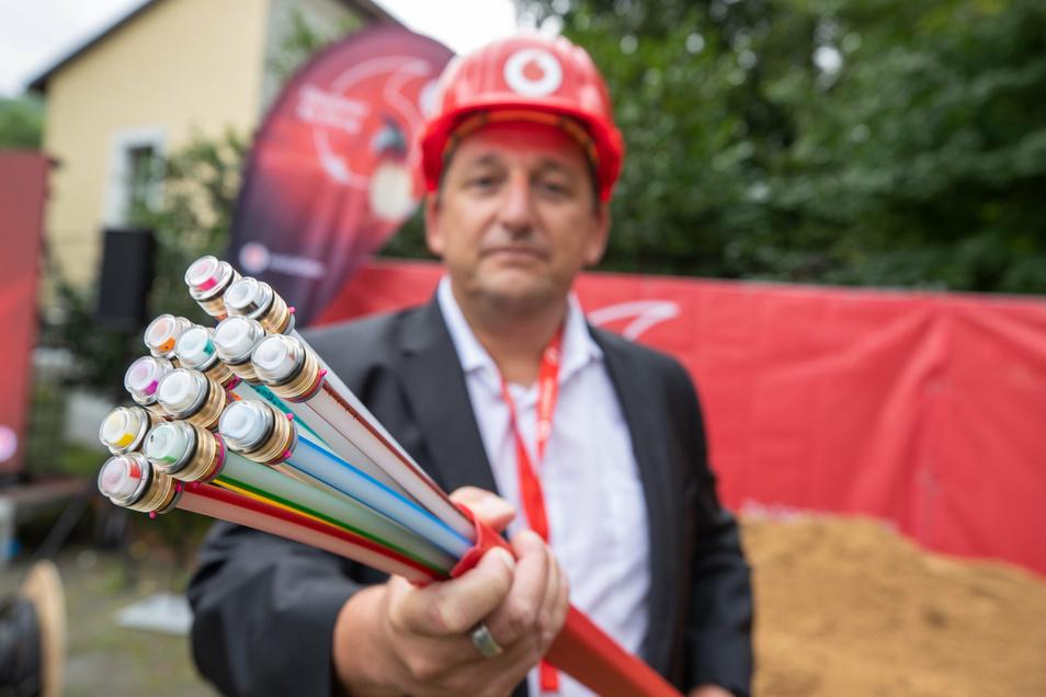 Axel Andrée von Vodafone mit modernem Glasfaserkabel: Künftig Übertragungsraten von einem Gigabit pro Sekunde.