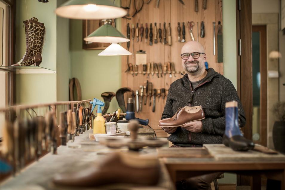 Schuhmacher Alexander Preiss an seinem Lieblingsplatz. Hier, in seiner Werkstatt im Barockviertel vernäht er von Hand Sohlen und Schäfte.