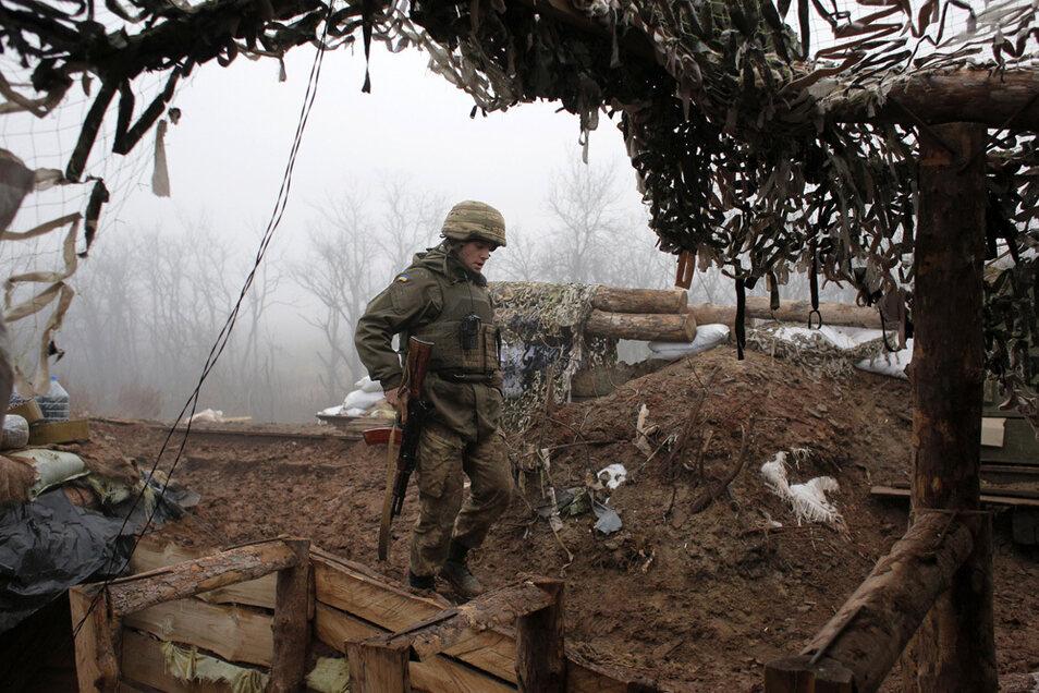 Ein ukrainischer Soldat bringt sich in Stellung an der Frontlinie zu russischen Truppen in der Region Donezk.