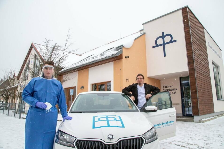 Philipp Exner und Anton Röthig haben freiwillig die Corona-Tour bei der Diakonie Sozialstation Niesky übernommen. Dabei besuchen nur diese beiden Pfleger die Corona positiven Patienten des ambulanten Pflegedienstes.