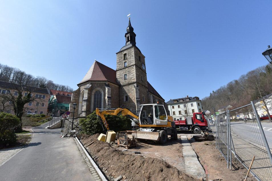Vor der Glashütter Kirche haben Arbeiten für die Umgestaltung des Platzes begonnen.