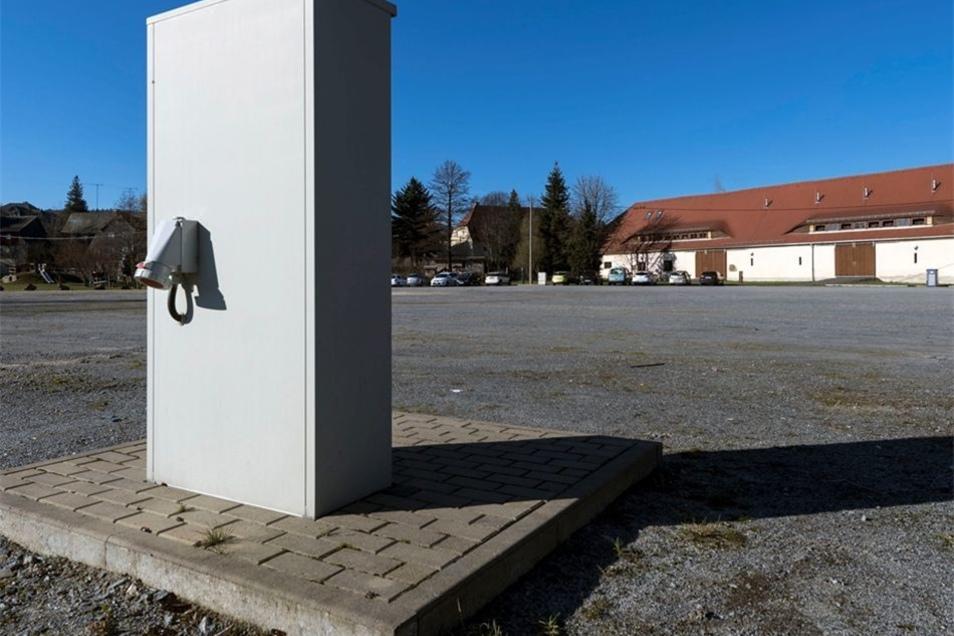 Bis zu acht Wohnmobile finden in Neukirch hinter der Festscheune Platz. Es gibt Strom- und Wasseranschluss und eine Möglichkeit, die Bordtoiletten zu entleeren.