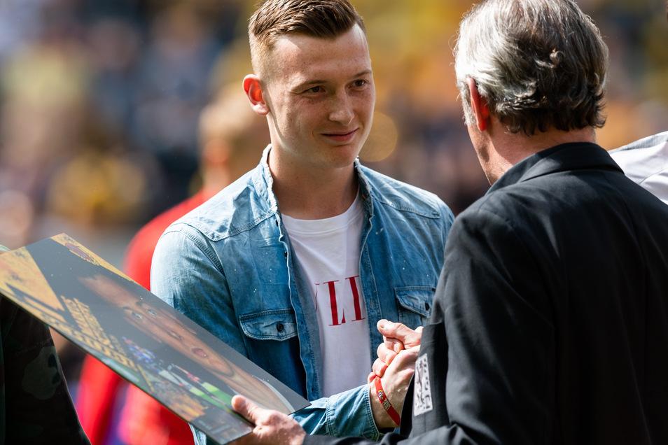 Abgang mit Turbulenzen: Der damalige Sportchef Ralf Minge verabschiedet Markus Schubert, der in den letzten Saisonspielen im Mai 2019 nicht mehr Tor steht. Die Kritik der Fans war zu groß an den Begleiterscheinungen des Wechsels.