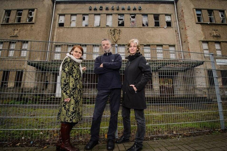 Zugesperrt und ausgetrocknet – so kann es mit dem Sachsenbad nicht weitergehen, finden Kati Bischoffberger, Christian Helms und Dorothea Becker (v. l.). Sie setzen sich für den Wiederaufbau ein.