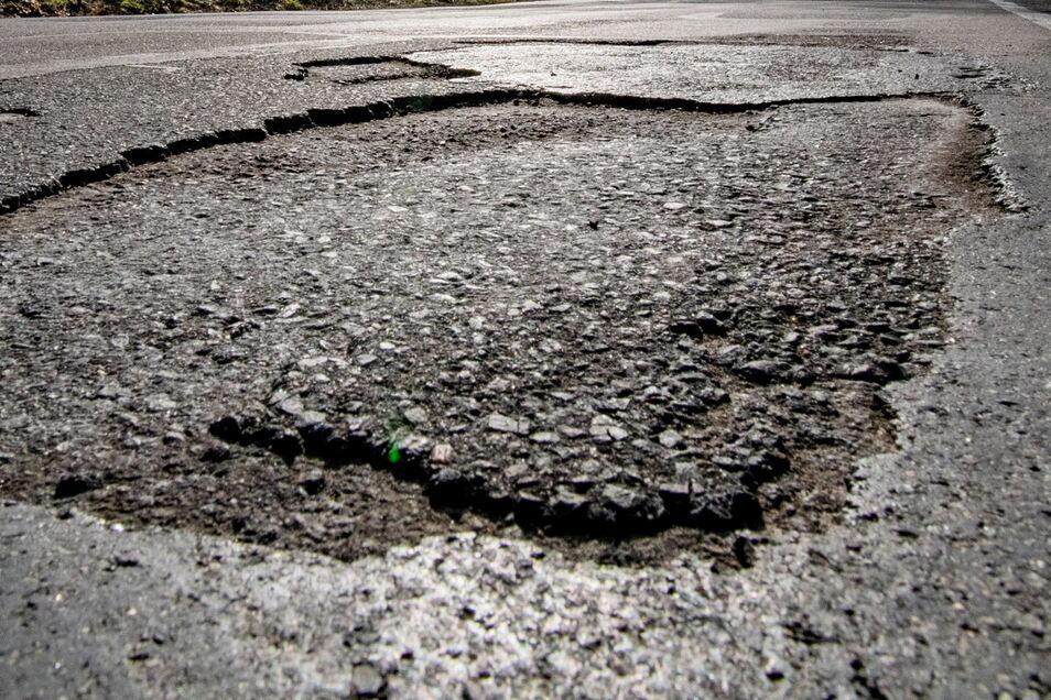 Am Gewerbegebiet Hainchen wird die schlechte Fahrbahn saniert.