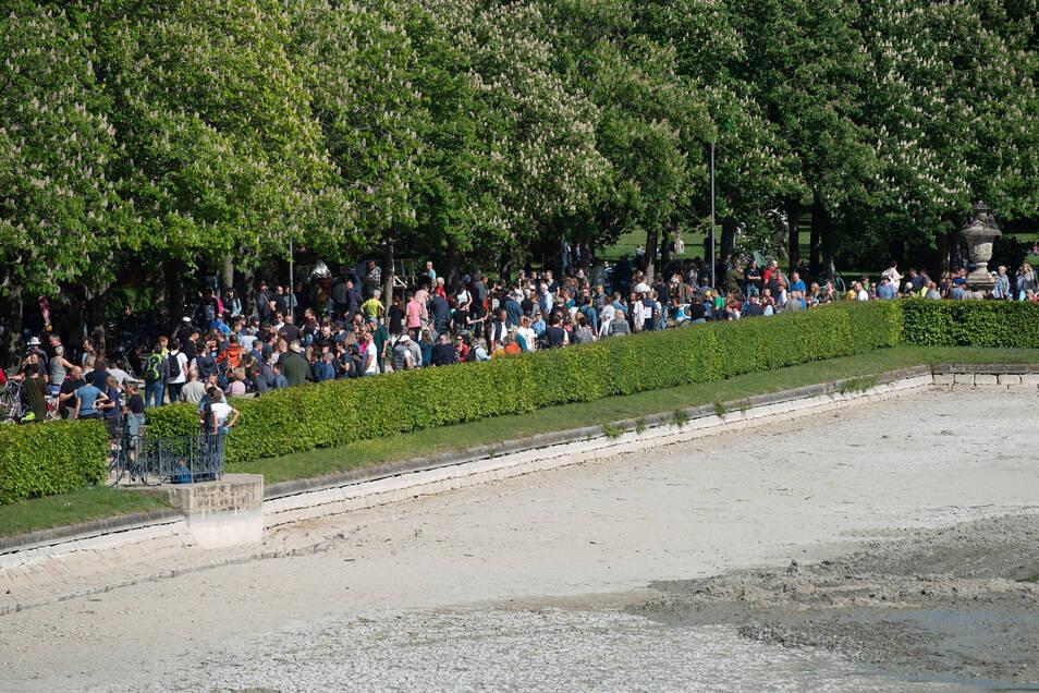 Rund 400 Gegner der Corona-Beschränkungen versammelten sich diesmal in Großen Garten.