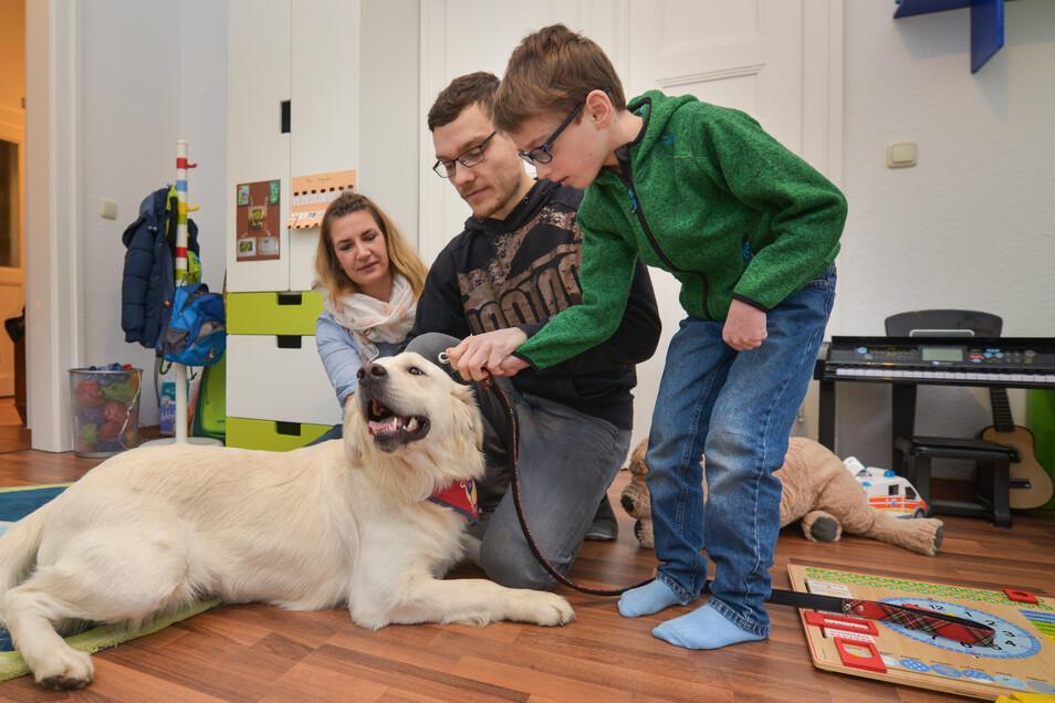 Hundetrainerin Selina Haase (l.) wird kommende Woche noch einmal in die Familie kommen.
