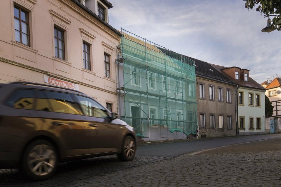 Das Haus an der Großenhainer Straße ist derzeit eingerüstet. Anfang des neuen Jahres soll das Dach mit neuen Ziegeln eingedeckt werden.