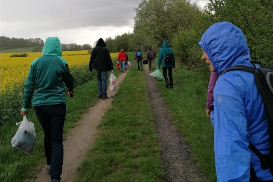 Trotz Nieselregens ließen sich die Mitglieder des Dorfvereins nicht von der Müllsammlung abhalten. In drei Gruppen ging es durch und um den Ort herum.