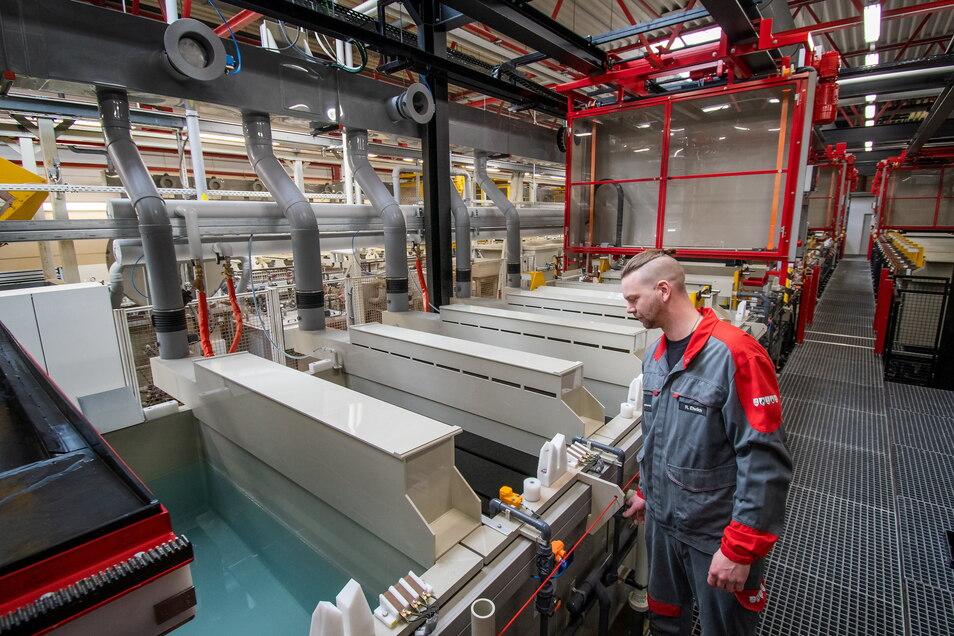 Meister Roberto Ehrlich bedient die neue Anlage. Bis zu 9.000 Tonnen Kleinteile pro Jahr können mit ihr veredelt werden. Ein Durchlauf dauert drei bis vier Stunden.