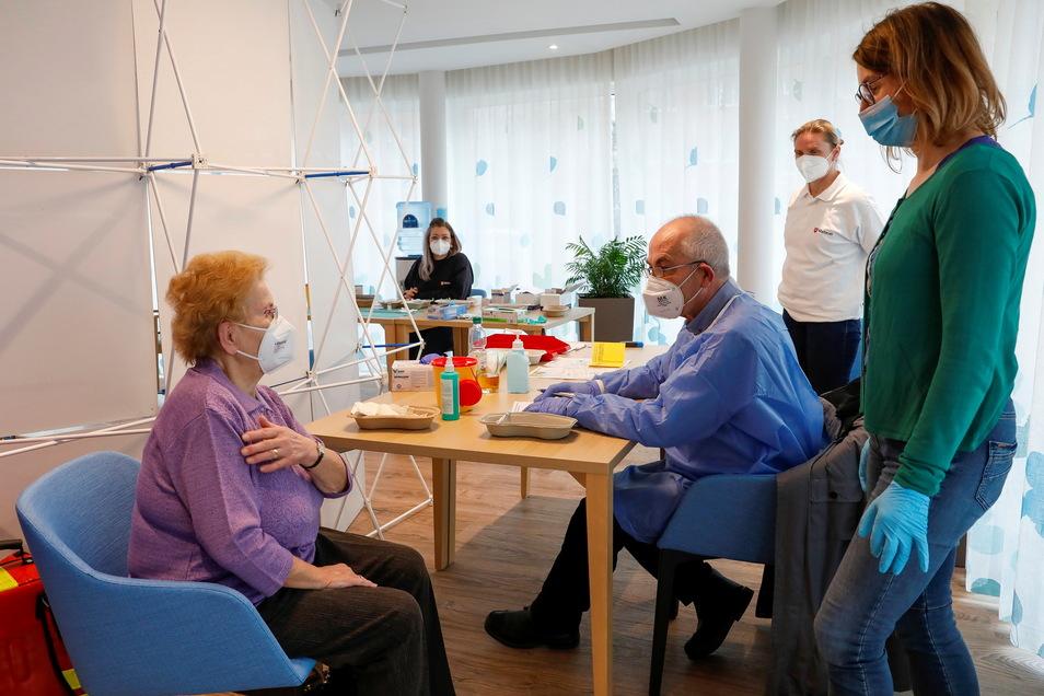 Auch Renate Diessner aus Neugersdorf ist am Sonnabend in Ebersbach geimpft worden. Vorher wurde sie von Arzthelferin Beate Tzschoch und Arzt Niklas-Simon Graul über den Impfstoff informiert.