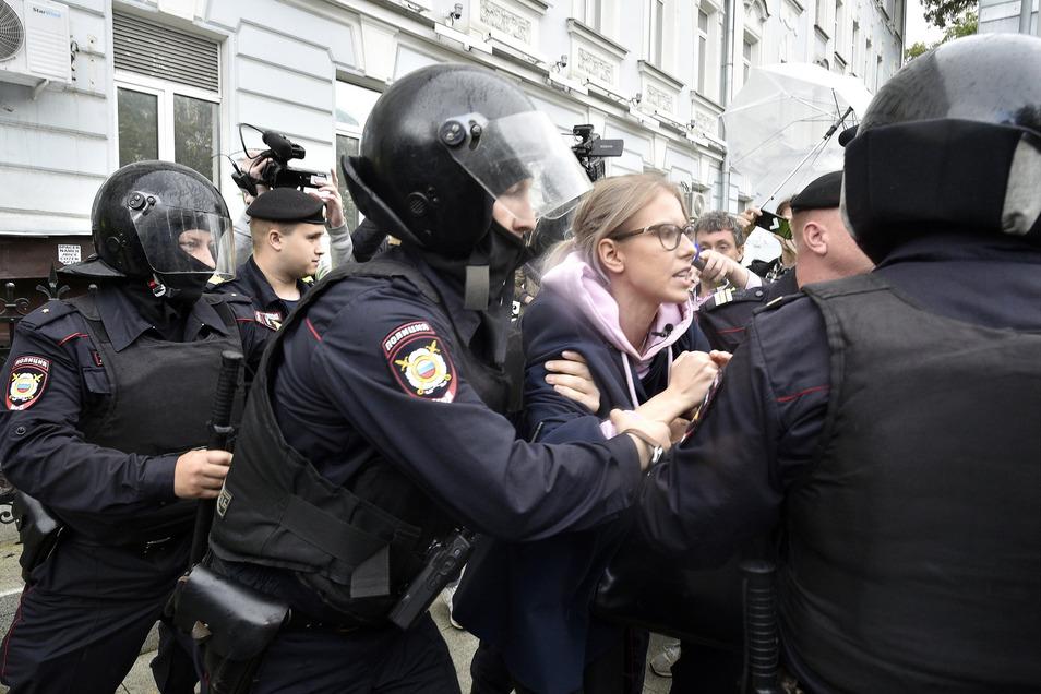 Russische Polizeibeamte verhaften Ljubow Sobol (M.), Oppositionskandidatin und Anti-Korruptions-Kämpferin.
