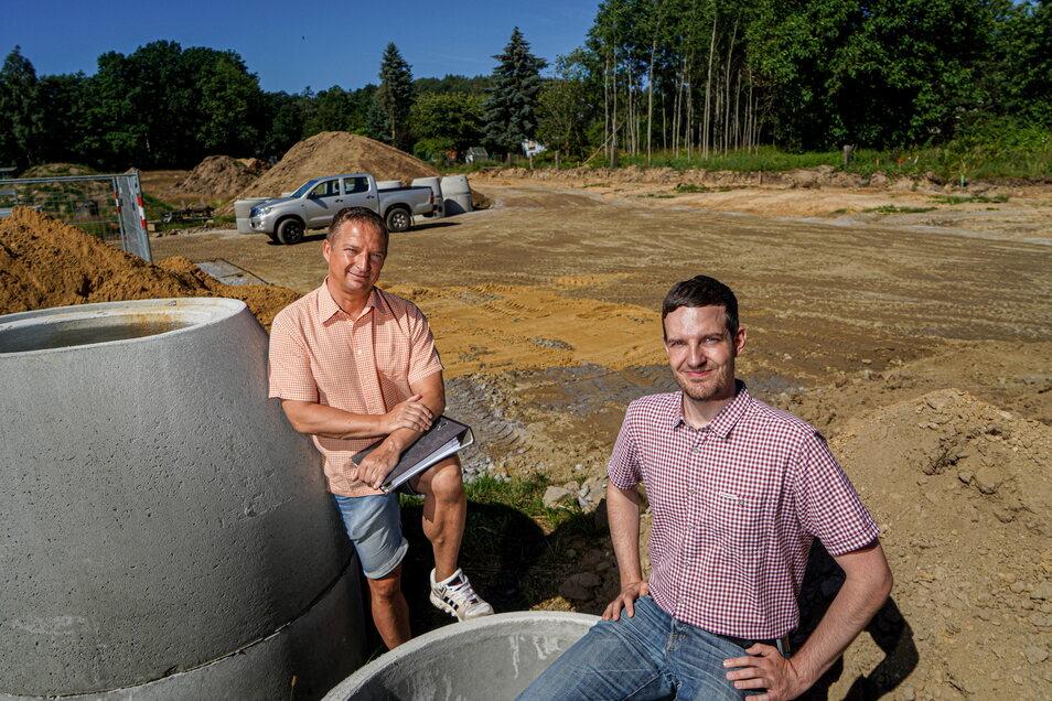 Andreas Ducke (l.), Geschäftsführer der WohnPro Gesellschaft, und Achim Wünsche, Bürgermeister von Schmölln-Putzkau, freuen sich, dass in Schmölln neue Baugrundstücke entstehen.