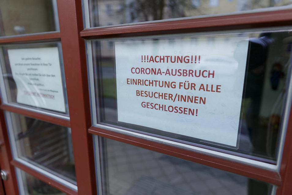 Ein Schild informiert über den Corona-Ausbruch im Görlitzer DRK-Heim im Frauenburg-Karree.