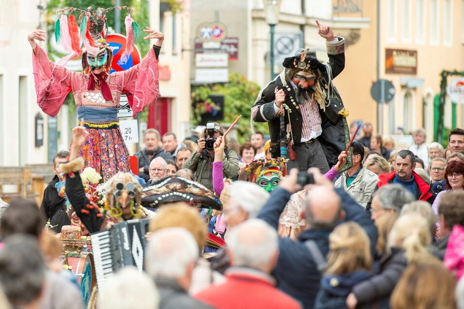 Straßentheater und Musik gibt es auf ausgewählten und umzäunten Veranstaltungsinseln auf dem Dorfanger sowie auf den Elbwiesen.