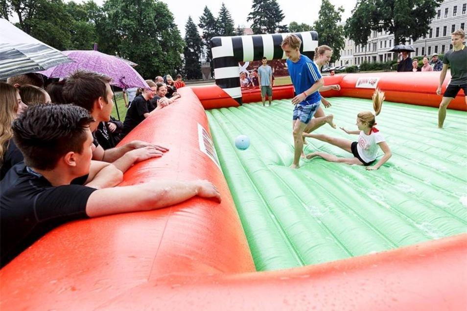 Für die Schüler des Curie-Gymnasiums war das Wasser-Fußnall-Turnier eine schöne Abwechslung auf den letzten Metern des Schuljahres.