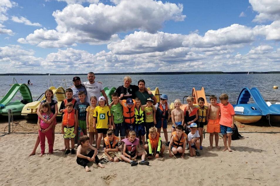 Ans Wasser zog es diese Seenlandkicker bei ihrer Abschlussfeier zur Einstimmung auf die Sommerferien.