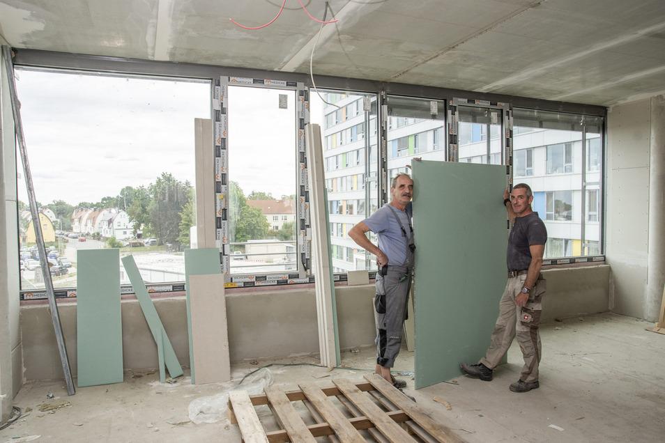 Wo die Handwerker Jochen Rost (l.) und Olaf Hirsch arbeiten, war vor Monaten noch eine Dachterrasse.