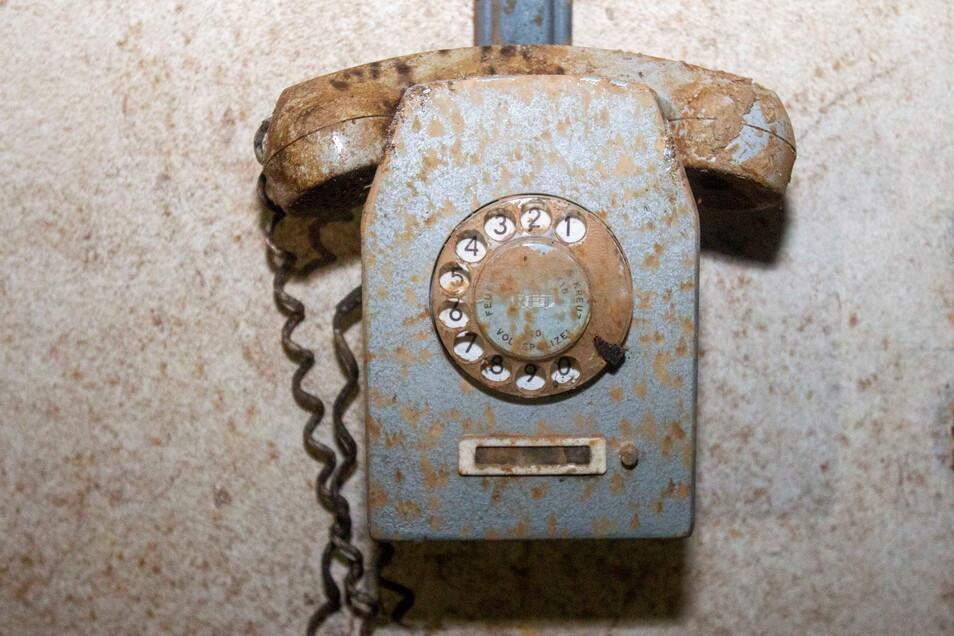 Telefon an der Schleuse, die den Eingang in den Bunker bildet.